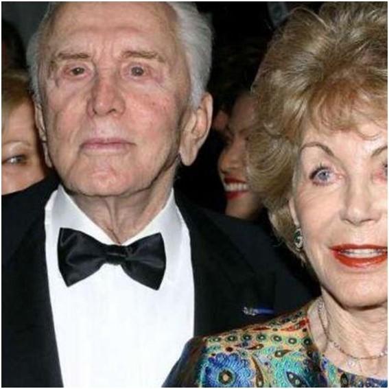 Kirk Douglas im Alter von 102 Jahren mit seiner Frau.