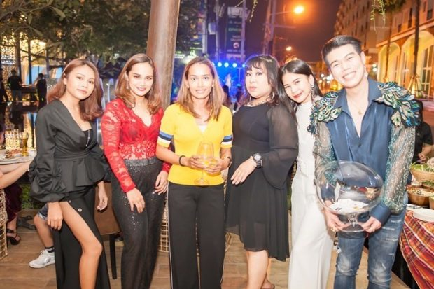 Sukanya Gale (3. von links) mit Freunden und Gästen.