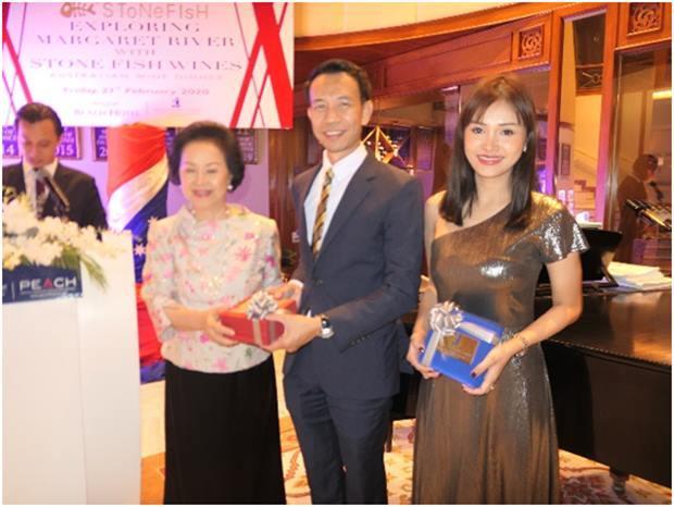 Khun Panga (links) überreicht Geschenke an die Gäste vom Wine Dee Dee.