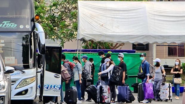 Die Königliche Thai Marine und das Gesdunheitsministerium erlaubten den 240 Arbeitern, die aus Südkorea heimgekommen waren, ihre Heimreise in ihre Dörfer.