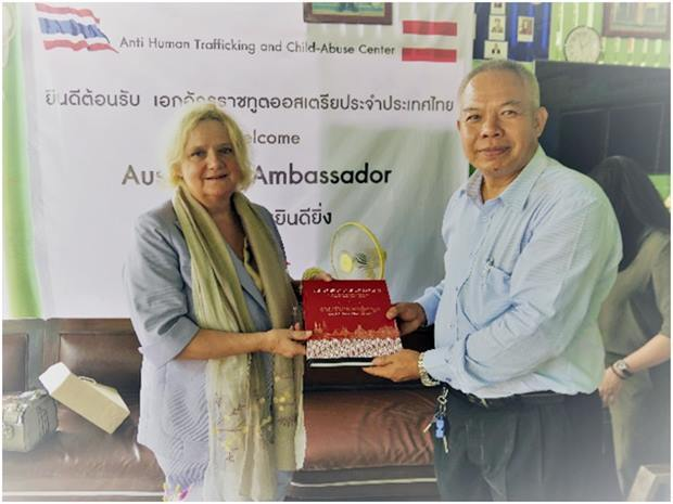 Botschafterin Dr. Eva Hager überricht das Buch über 150 Jahre Österreichisch-Thailändische Freundschaft an Palisorn Noja.