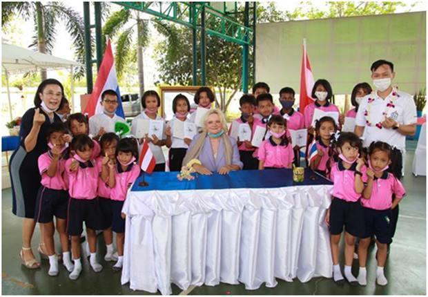 Dr.Eva Hager, die österreichische Botschafterin,beim signieren der Bücher und mit einigen der Kinder und Direktorin Radchada Chomjinda (ganz links) und dem Manager des Drop-In Centers, Pirun Noyimjai (ganz rechts).