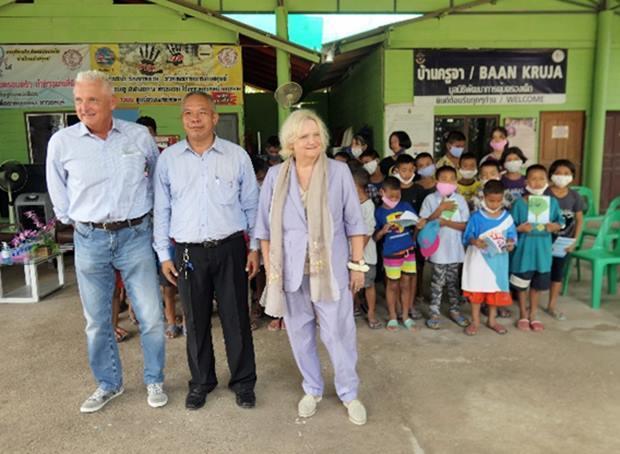 Die Frau Botschafterin Dr. Eva Hager (rechts) fährt weiter ins zweite Kinderheim und Herr Petr (links) wieder zurück nach Bangkok. Beide werden von den Kindern und Palisorn Noja verabschiedet.