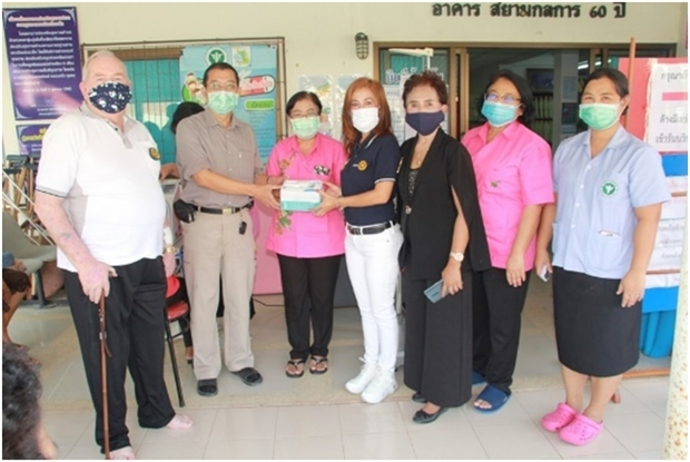 Mitglieder des Rotary E-Club Dolphin International Pattaya, bei der Übergabe.