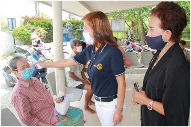 Präsidentin Maneeya Engelking zeigt den Gebrauch der Non-Kontakt Thermometer.