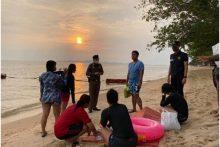 Die 12 Thais und die 11 Ausländer genossen einen Strandtag mit Schwimmen.