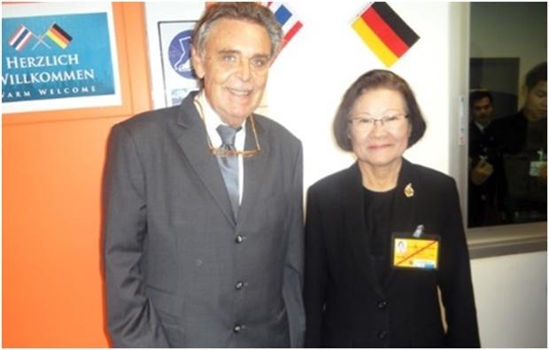 Ein Foto, aufgenommen im Vorjahr, mit Axel Brauer (links) undProfessor Dr. Kunying Sumonta Promboon. (Foto Elfi Seitz)