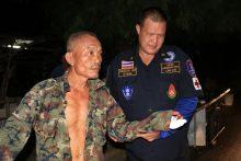 Kaew Pasotiyoung, 56,hieltimmernocj das Messer in der Hand, als die Polizeieintraf.