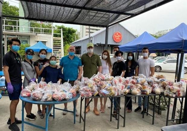 Clubmitglied Erik Meijer, Bhimrapha Bourqui und Ralf Calebow bei ihrer gemeinsam gesponserten Essensspende von Nudeln, Reis und anderen Lebensmitteln an 400 bis 500 Bedürftige in Bangkok, Klong Toey.