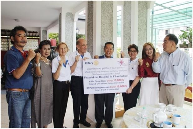 District Governor 3340 Rotary International, MaruayJintabanditwong (4. von rechts) erhälteinen Scheck über die Summe von 30.000 US Dollars vomRotary E-Club District 3340 und Rotary E-Club Dolphin Pattaya International. Beide Clubs hattenjeweils15.000 US Dollars gespendet.