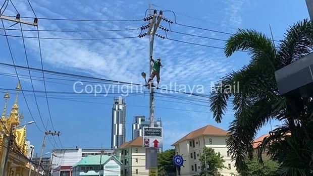 Der betrunkene Paiboon Wisedsri kletterte auf einen 10 Meter hohen Lichtmasten und drohte, sich hinabzustürzen.