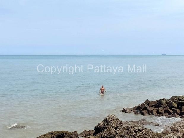 Einer der Übeltäter auf dem Rückweg zum Strand, überwacht von einer Polizeidrohne.