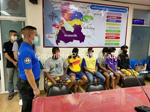 Junge Männer im Alter zwischen 14 und 33 Jahren werden wegen Angriff und Beschädigung fremden Eigentums verhaftet.