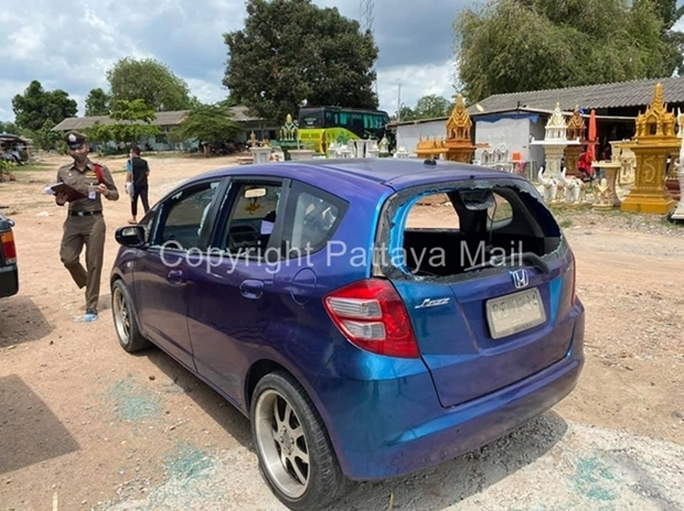 Das Auto des Ladenbesitzer wird ebenfalls beschädigt. Die Bande zershlug die Fenster und die Windschutzscheibe.