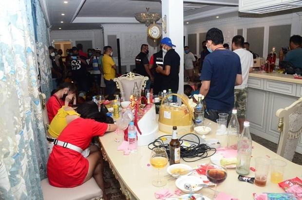 Die Chonburi Polizei nahm 44 Leute fest, die bei einer Party gegen das Gesetz verstoßen hatten.