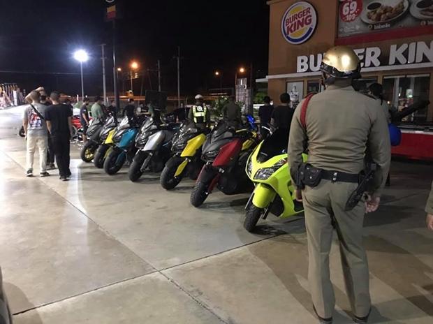 Der Leiter der Nongprue Polizeistation kam mit seiner Mannschaft zur Tankstelle um die 'Raser' abzuholen.