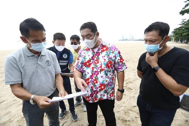Bürgermeister Sontaya Kunplome, erlaubt den Strandbetreibern in Kürze wieder ihre Strandbetten aufzustellen.
