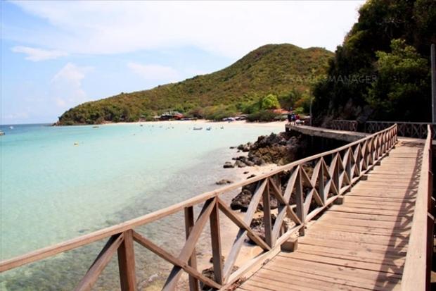 Die Holzbrücke zum Tien Strand.