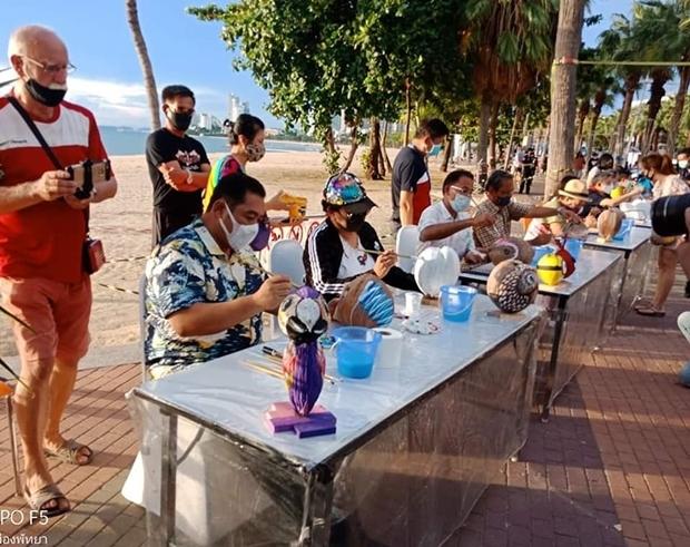 Bürgermeister Sontaya Kunplome,Vizebürgermeister Ronakit Ekasingh, der Vorsitzende des Pattaya Kulturcenters Mana Yaprakum und PBTA Präsident Eakasit Ngampichet eröffnen etwas andere Ausstellung.