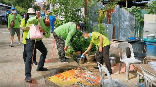 SSR Teams gießen Moskito Vertilgungsmittel in Abflussrohre.
