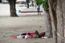 """Nun kommen die Obdachlosen wieder an ihre """"angestammten"""" Plätze am Strand zurück."""