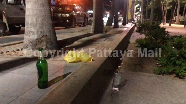 Die Strandpromenade in Jomtien istcoll bot Plastilkflaschen, Dosen und stinkenden Plastiktüten, in denen Essenresteverfaulen.