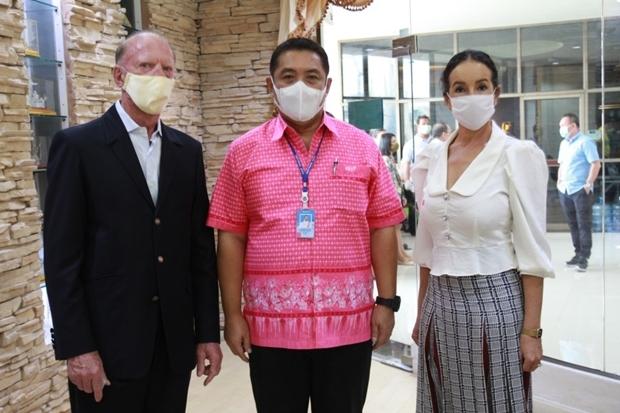 Mayor Sonthaya Khunplome begrüßt Gerrit und Anselma Niehaus in der Pattaya City Hall.