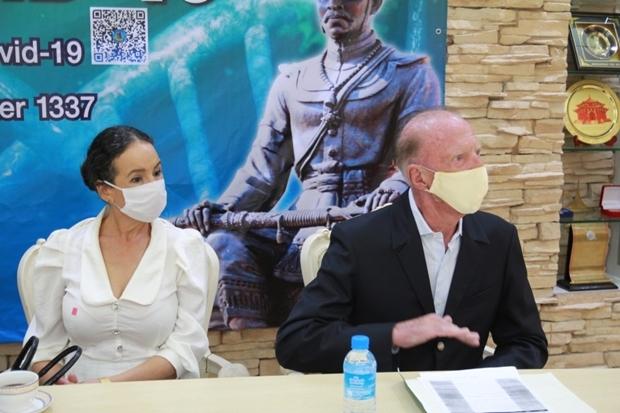 Gerrit und Anselma Niehaus geben ihren Gefühlen zu Thailand gegenüber dem Bürgermeister und und den Teilnehmern des Treffens Ausdruck.