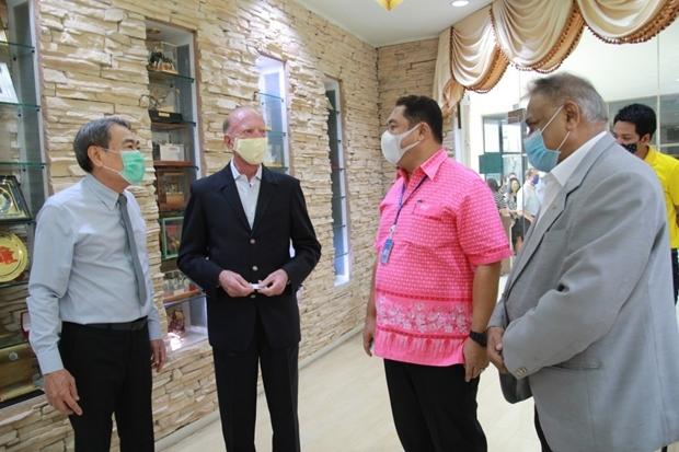 Ronakit Ekasingh, Gerrit Niehaus, Mayor Sonthaya Khunplome und Peter Malhotra. Der Bürgermeister sagte, dass er versuchen wird die Einschränkungen für Geschäftsleute in Pattaya weiter stark zu vermindern.