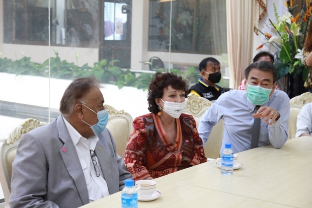 Ronakit Ekasingh klärt Peter Malhotra und Elfi Seitz über die Vorbeugungsmaßnahmen in Pattaya und Umgebung gegen das Virus auf.