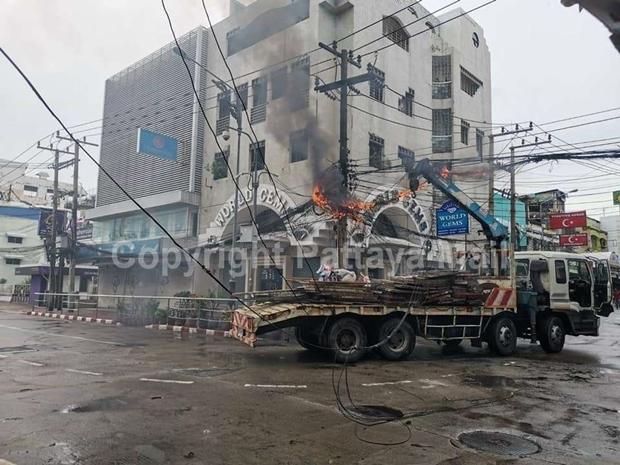 Ein rücksichtloser LKW Fahrer schaffte es in der Walking Street Elektrokabel abzureissen und Kabelbrand auszulösen.