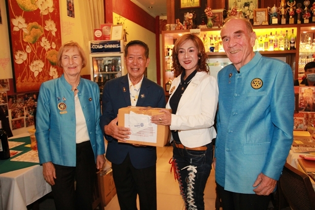 Präsidentin Maneeya Engelking vom Rotary E-Club Dolphin Pattaya International bekommt Masken zur Verteilung. Mit dabei sind Dr. Margret Deter und Dr Otmar Deter.