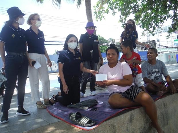 Mitglieder des Rotary E- Club Dolphin Pattaya International Thailand übergeben besonders Bedürftigen jewils 500 Baht Bargeld, damit sie sich Essen zubereiten können.