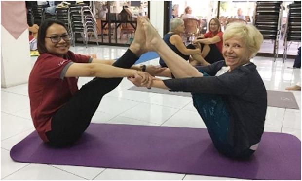 Und gmeinsam mit Marianne Obielum bringt er den Herrschaften Yoga bei.