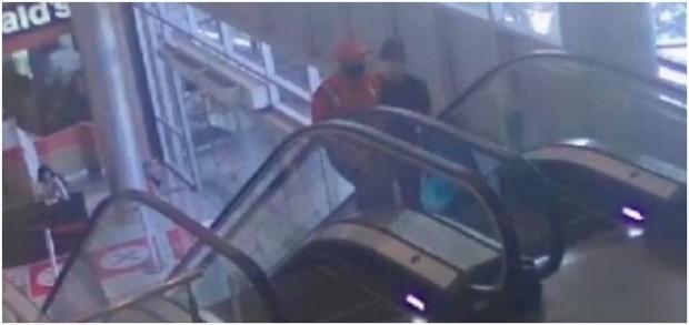 Hier sieht man den Ägypter wie er auf der Rolltreppe fährt.