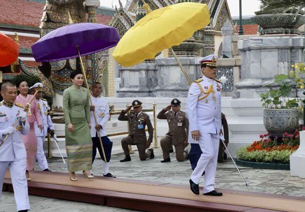 Seine Majestät, König Maha Vajiralongkorn Phra Vajiraklaochaoyuhua, wechseltezum Beginn der Regensaison die Kleidung des Phra Putta Maha Mani Ratana Patimakorn, auch Smaragdbuddhagenannt.