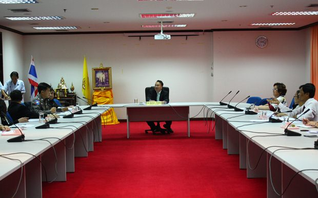 Der Oberste Richter Aphichart Thepnu bei seinen Erklärungen an die Presse.