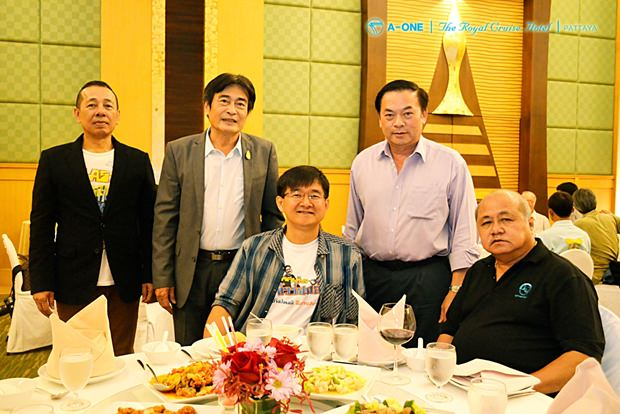 (Von rechts) Borisuth Prasopsub, Executiv-Direktor der TAT-Ostregion, Somchai Rattanaopath, Krissana Lalai, der bekannte TV-Journalist des Kanal 3, Vizebürgermeister Ronakit Ekasingh und ein nicht genannter Gast.