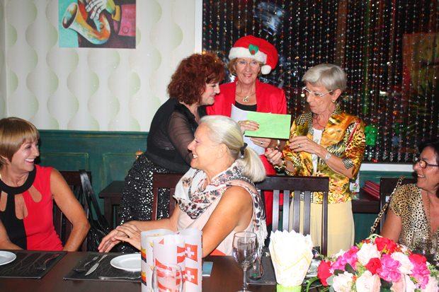 Monika Podleska und Marianne Büsch Biehl (rechts) erhalten von Elfi Seitz (links) im Namen der Plauderstunden-Damen ein Weihnachtsgeschenk.