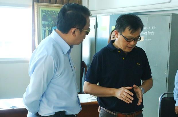 518-n7BezirkBanglamungs Bezirkschef Sakchai Taengho (links) unterhält sich mit Supatep Sukanjanaporn von der S.R. Plantage (2. von rechts).
