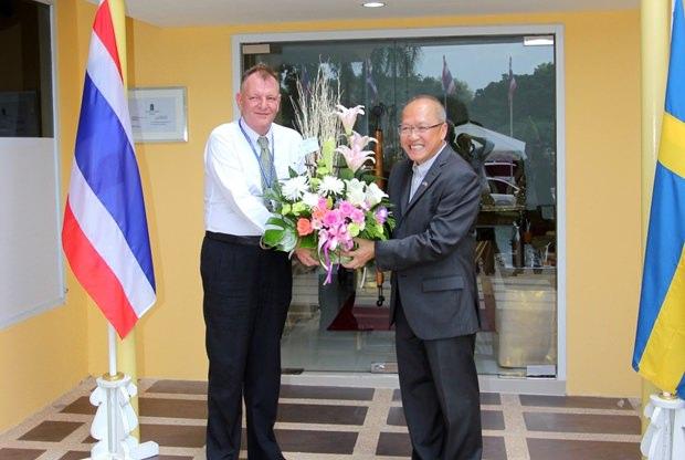 Konsul Chatchawal erhält Blumen vom Vertreter der schwedischen Botschaft Pär Kågeby (links).
