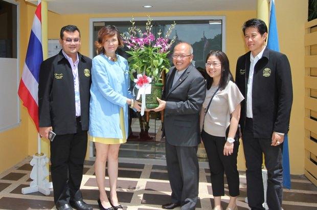 Chatchawal Supachayanont erhält Blumen von  Bundarik Kusolvitya, MD des City Hotel Sriracha sowie Kritsana Jiramongkol, Berater des Bürgermeisters von Pattaya, Yuwathida Jeerapat, MD des Tri-O J & Hotel J und Stadtrat Banjong Bantoonprauk.
