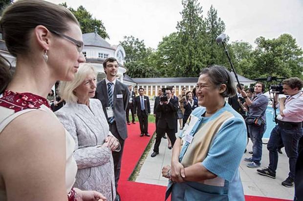 Die Prinzessin (rechts) wird von Bundesministerin Wanka (2. von links) begrüßt. (Foto bmf.de)