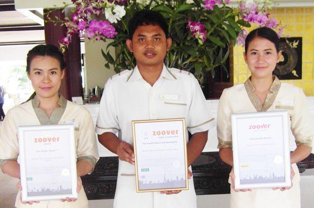 Stolz zeigen die Angestellten der Rezeption (von rechts) Som, Sang und Yuyee die Auszeichnungen der letzten 3 Jahre.