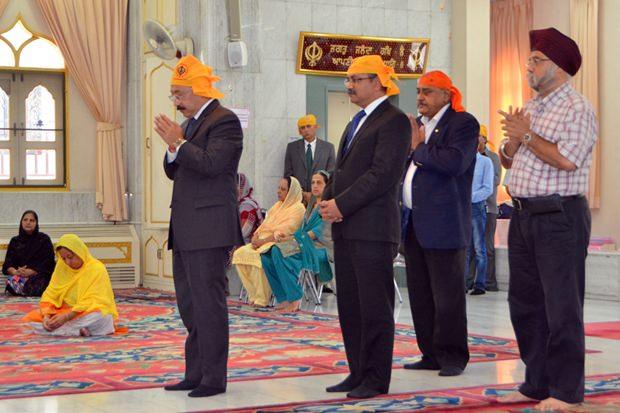 (Von links) Botschafter Harsh Vardhan Shringla, Konsul Arvind Kumar, Pratheep Malhotra, Boss der Pattaya Mail Media Gruppe und Paramjit Singh Ghogar beim Gebet im Sikh Tempel Pattaya.