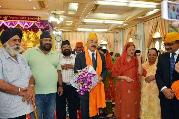 Amrik Singh Kalra (links) Präsident der Pattaya Sikh Gemeinschaft und einige seiner Mitglieder heißen Botschafter Harsh Vardhan Shringla zum 'Gurdwara' willkommen.