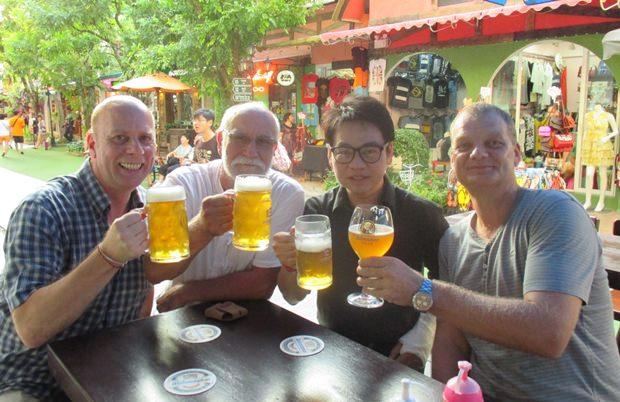 Ein Prosit auf die Gemütlichkeit: (von links) Volker Grosse, Hotte Flink, Rattanachai Suthidechanai und Kai Kohlmorgen.