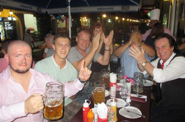 Gute Stimmung bei den Gästen, bei denen Ernst Petry (ganz rechts) dabei ist.