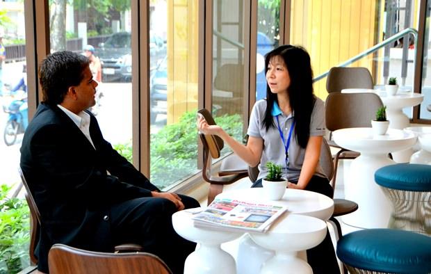 Tony Malhotra, der stellvertretende geschäftsführende Direktor der Pattaya Mail Media Gruppe und OZO Generalmanagerin Niwatcharee Wungsoontorn.