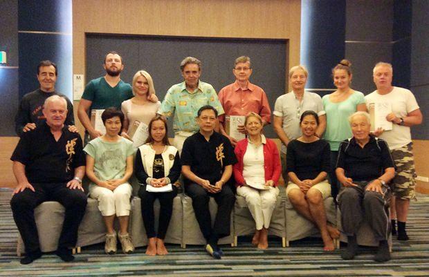 Die Teilnehmer des Qigong Kurses mit Meister Johnson Ng (sitzend in der Mitte).